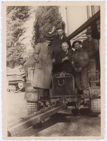 012476 - WO2 ; WOII ; Tweede Wereldoorlog. Bevrijding. Politiecommissaris Reusting, wethouder Janssens, secretaris Van Dusseldorp en wethouder Van Dullemen op een Brits legervoertuig voor de ingang van het Paleis-Raadhuis op 28 oktober 1944