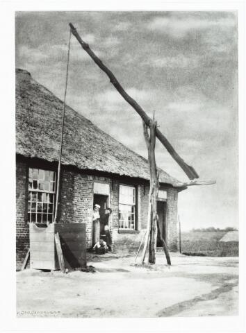 008545 - Achterzijde boerderij met twee vrouwen en twee kinderen in deuropening en houten waterput op het erf, gefotografeerd door Henri Berssenbrugge (1873-1959), begin 1900.Dezelfde boerderij als nr. 8546.