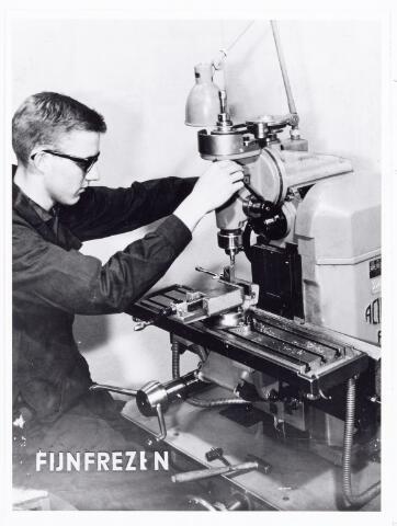 038575 - Volt. Noord. Opleidingen. Foto gebruikt voor de tentoonstelling 25 jaar vakliedenopleiding in 1964. Hier een oefening fijnfrezen.