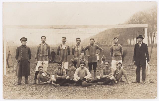 054154 - Sport. Voetbal. NOAD. Een elftal van NOAD omstreeks 1920.