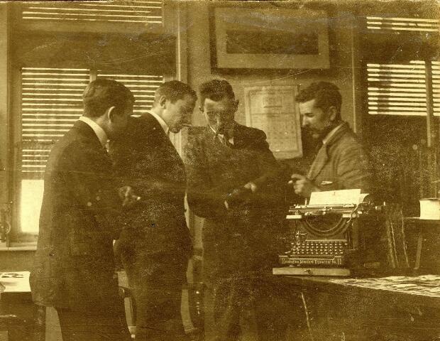 083012 - Kantoorinterieur van textielfabriek Verschuuren-Piron aan de Koningshoeven. Van links naar rechts P. van Mierlo (1891-1972), Jos Verschuuren (1887-1970), Cis Sars (1881-1961) en Jan Wellens.