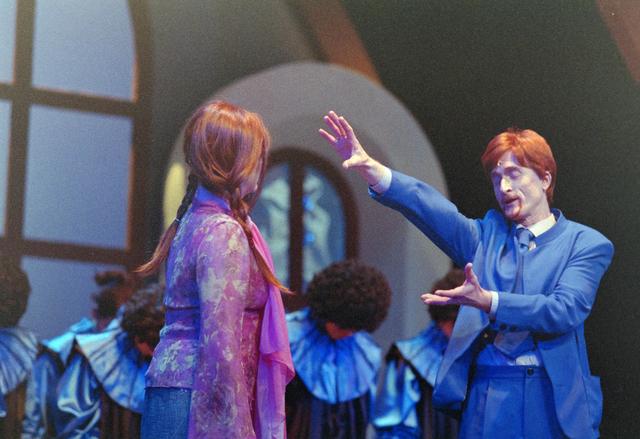 1237_001_027-2_004 - Cultuur. Theater. Tilburgse Revue. Waarschijnlijk de generale repetitie van de voorstelling Fèèn Familie op 17 maart 2005.