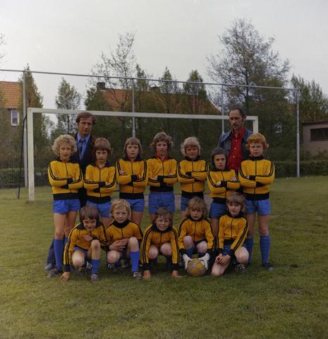1237_011_823_002 - Sport. Voetbal. VOAB. Een jeugdteam van V.O.A.B. (Van Onder Af Begonnen) te Goirle in mei 1975.