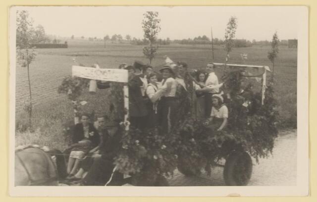 """080844 - WOII; WO2; Bevrijding Udenhout 1945. De optocht. De toekomst (Stationsbuurt). """"Toekomst""""."""