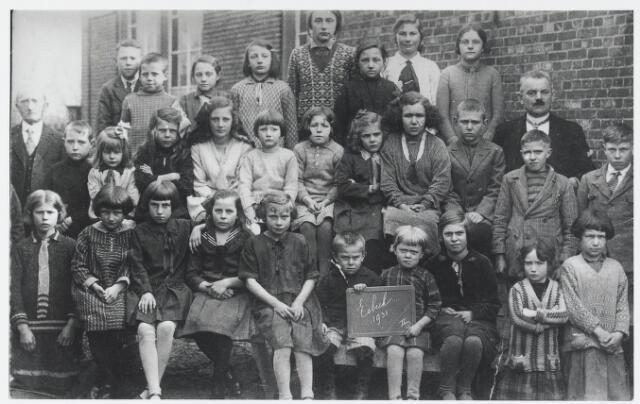 055924 - Basisonderwijs.  Klassenfoto lagere school in 1931 te Esbeek: bovenste rij v.l.n.r. Jan Bommel, Janus rens, Tonie van Dommelen, Marie Hendrixen, Anna Hendrixen, Nel van Dommelen, Sjan Coljé en Dientje Staal;middelste rij v.l.n.r. meester Smolders, Cees Heuvel, Sjan van Raak (9e dochter) Roos rens, Janus Coljé, Treintje of Trijntje v.d. Einde, Stans Buylinkx, Lies Vos An Vos, Toon Vos en meester Lauwers; voorste rij v.l.n.r. Sjan Buylinkx, Cor Broeckx,Gusta Lauwers, Cato Schellekens, Coperus, Gerrit Joritsma, N.N., U Joritsma, van Raak en An van Raak.