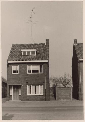 025714 - Pand Moleneind 202 halverwege april 1963. Thans is dit de Leharstraat