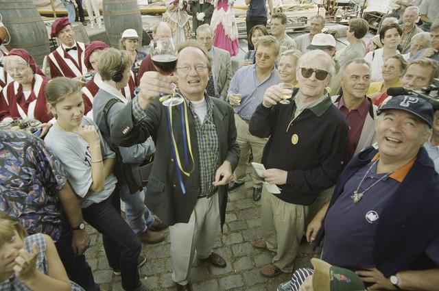 TLB023001298_004 - Festiviteit. het glas wordt geheven. rechts voor Jan Melis, met glas en met zonnebril  Berry Stok naast hem de hr Driesen.