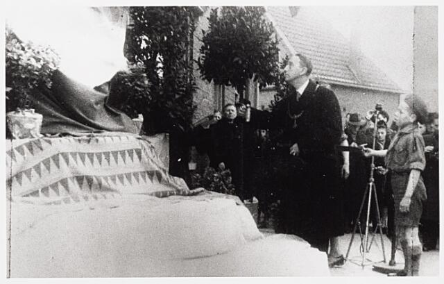 013689 - WO2 ; WOII ; Tweede Wereldoorlog. Verzet. Onthulling van een monument ter nagedachtenis aan Coba Pulskens, aangebracht in de gevel van haar huis aan de Diepenstraat, door burgemeester baron Van Voorst tot Voorst op 2 februari 1947