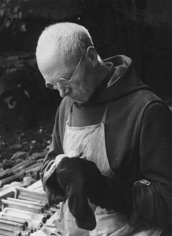 105273 - Monnikenleven Broeder SERVATIUS stopt kousen in de tuin van de Sint Paulusabdij. Kloosters.