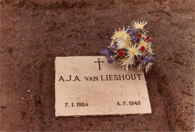 604432 - Tweede Wereldoorlog. Oorlogsslachtoffers. Augustinus Johannes A. van Lieshout; werd geboren op 6 juli 1924 in Tilburg en overleed  op 4 of  6 juli 1945 in Gevelsberg, Ruhrgebied,  (Noordrijn Westfalen),   Duitsland. Van Lieshout overleed aan tuberculose.