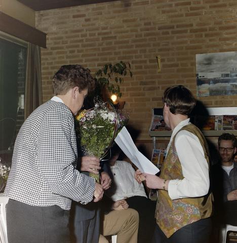 1237_001_013_012 - Felicitaties tijdens een feestelijke bijeenkomst bij de Diensten Centrale aan de Havendijk in februari 1994.