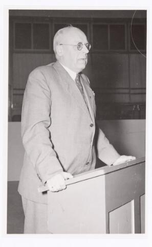 039412 - Volt, Zuid. Hulpafdelingen, Administratie. Procuratiehouder A. Hubert met toespraak ten tijde van zijn afscheid in december 1949.