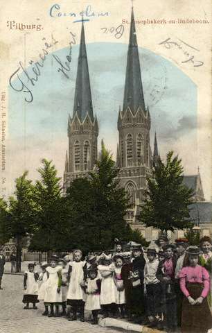 652728 - Tilburg St. Josephkerk en lindeboom. Een groep jongelui: jongens en meisjes. De jongedame op de voorgrond met gekleurde bloes.