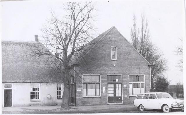 020169 - Hasseltplein. Café van C.A. Fouchier, gevestigd in een hoeve daterend uit 1608.  Het was een van de oudste hoeven van Tilburg. Het werd in 1964 gesloopt.