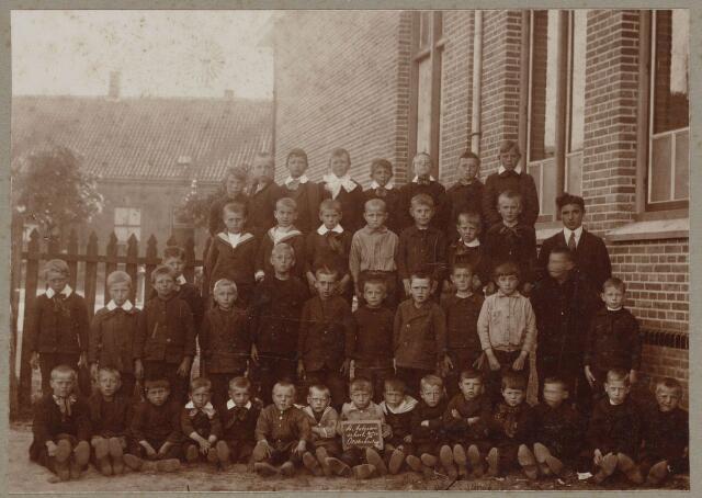 100801 - Basisonderwijs. Klassenfoto wsl. Sint Vincentiusschool van de Antoniusparochie.