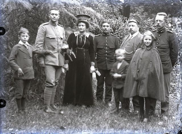 651574 - Groepsfoto buiten. De Bont. 1914-1945.