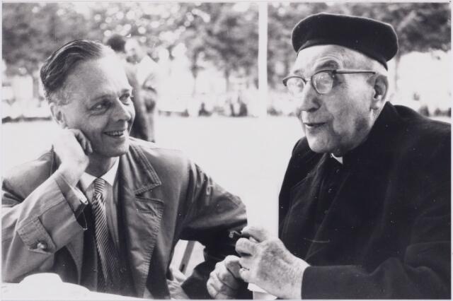 006663 - dr. P.C. de Brouwer in besprek met N.N. tijdens de  Kempische Cultuurdagen Hilvarenbeek, zomer 1958.