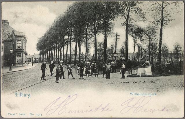 010381 - Herten markeren de ingang van het Wilhelminapark. Op de achtergrond de noordzijde.