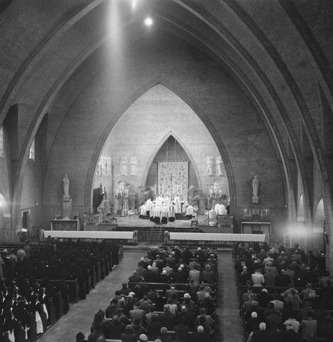 050527 - Interieur Sacramentskerk. Viering in de Sacramentskerk van het 125-jarig bestaan van de stichting ´Het R.K. Gasthuis´