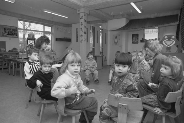"""TLB023000135_005 - Peuters met begeleidsters bij Kinderopvang / Peuterwerk Reeshoeve. Foto genomen in kader Reeshof """"gezond beleid""""."""