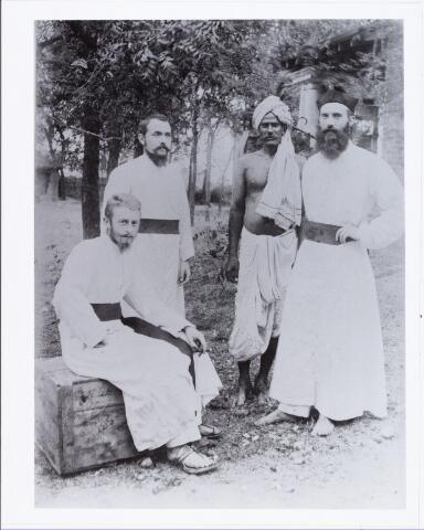 006406 - Staande links Joannes Josephus Aelen, geboren Tilburg 29 oktober 1876, overleden Tilburg 3 november 1950, missionaris van Mill Hill, pastoor van Nellore India.