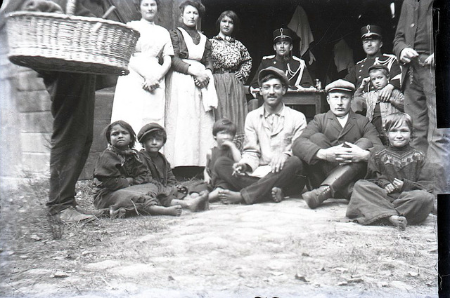 651556 - Groepsfoto. Groepsfoto met soldaten, mannen,vrouwen en kinderen voor de opening van een schuur. De Bont. 1914-1945.
