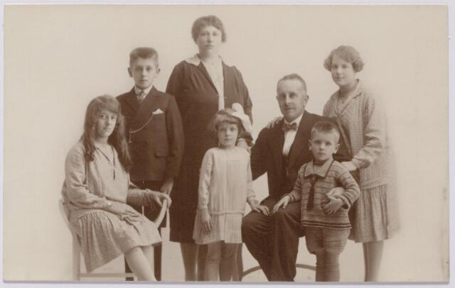 043951 - Bloemist Wagemakers uit de Piusstraat met zijn gezin, v.l.n.r. Catharina Jacoba Antonia Maria (Toos) Wagemakers, geboren te Tilburg op 29 juli 1912, Jacobus Petrus Antonius Maria (Sjaak) Wagemakers geboren te Tilburg op 28 augustus 1914, Petronella Jozepha Theresia Francisca Wagemakers-Favier, geboren te Hilvarenbeek op 28 maart 1886, voor haar Walthera Franciscus Maria (Thea) Wagemakers, geboren te Tilburg op 9 februari 1920, Alphonsus Franciscus Cornelis Wagemakers, geboren te Tilburg op 20 april 1880, Antonius Cornelis Maria (Ton) Wagemakers, geboren te Tilburg op 26 juli 1922 en Johanna Woutera Josepha Maria (Jeanne) Wagemakers, geboren te Tilburg op 29 juli 1912.