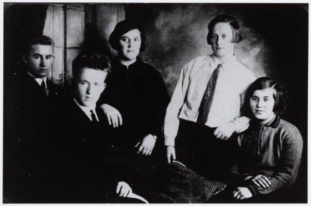 057169 - Oisterwijk. Familie Van Tilburg. V.l.n.r.:Wim, Geert, Bets, zr. Laetitia en Jo van Tilburg.