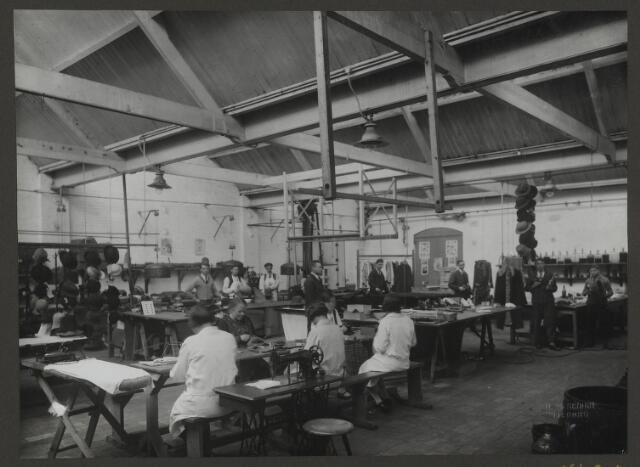 071856 - De afdeling spritzen en modelleren van hoeden van stoomververij en chemische wasserij De Regenboog aan de Bredaseweg. De foto komt uit een album dat werd gemaakt en aangeboden naar aanleiding van het 40 jarig jubileum van textielfabriek De Regenboog op 2 december 1930.