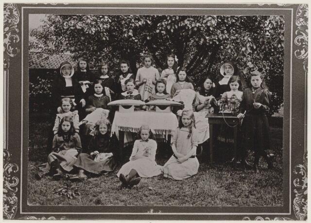 100174 - Onderwijs. Basisschool. Klassenfoto van de meisjesschool aan de Rulstraat