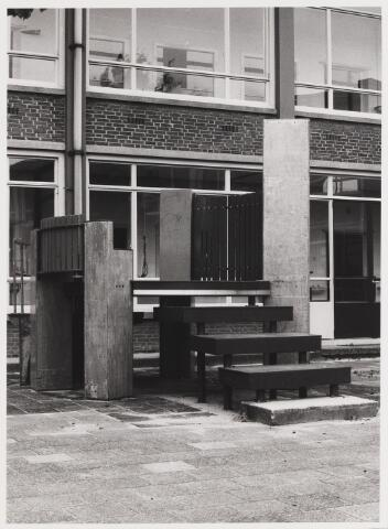 """067608 - SPEELOBJECT van hout en staal van de Amerikaanse kunstenaar Matthew FILIPOWSKI, geb. 1952. Lokatie: Openbare basisschool """"Leyevoorde"""", Berglandweg 5."""