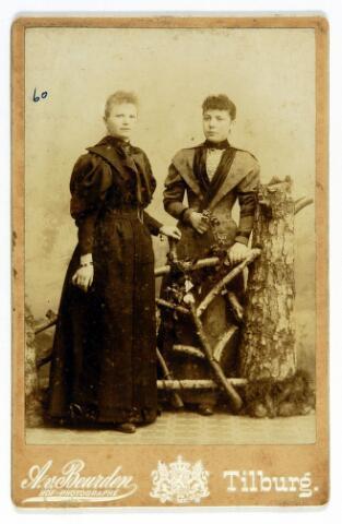 054599 - Rechts Maria Johanna Josephina (Fien) Niesten geboren te Helmond op 1 mei 1872 en overleden te Tilburg op 20 april 1932. Zij trouwde met kleermaker Wilhelmus L. Peters. Links haar vriendin Cato Brooimans.