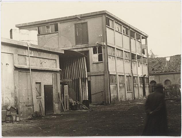 012441 - Tweede Wereldoorlog. Vernielingen. Complex van Verschuuren - Piron aan de Koningshoeven dat in oktober 1944 midden in de frontlinie lag. Geallieerde bombardementen sloegen grote gaten in dit zich fel verdedigende Duitse bastion