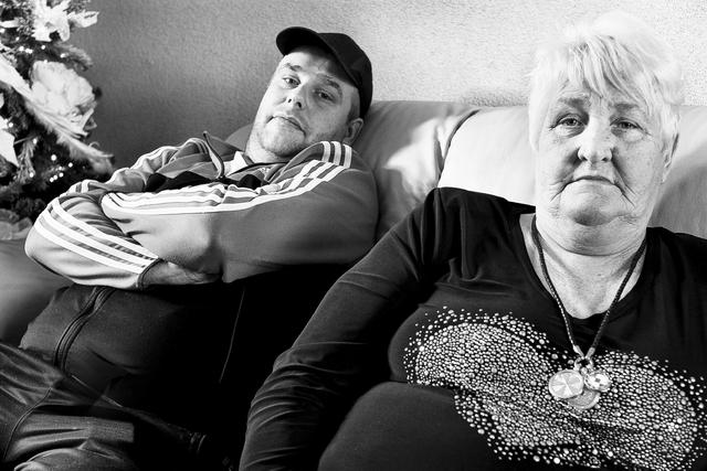 digi 1692_002 - Man en vrouw op de bank in huis. in de wijk die in de volksmond bekend staat als de 'Vogeltjesbuurt'. De foto is onderdeel van een fotoserie van Anja van Eersel over de wijk die in de volksmond bekend staat als de 'Vogeltjesbuurt'. Volksbuurt. Broekhoven. Groenewoud.