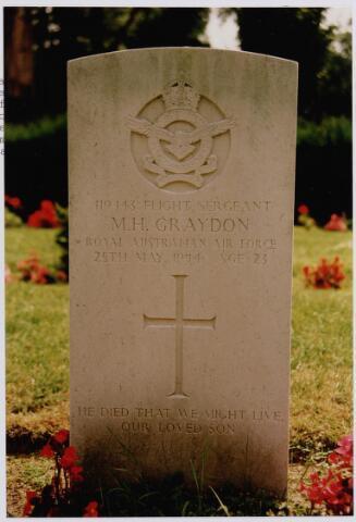 045729 - Tweede Wereldoorlog.  Graf C.1.5 op de begraafplaats van de parochie St. Jan. Hier ligt Malcolm H. Graydon, flight sgt., 23 jaar oud, gesneuveld op 25 mei 1944, R.A.A. F., 76 (RAF) Squadron