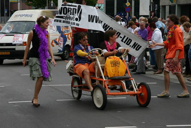 657330 - De T-parade. Een kleurrijke multiculturele optocht door het centrum van Tilburg. De vele culturen van Tilburg worden getoond.