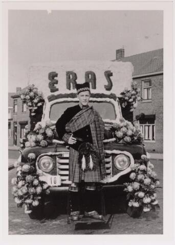 043129 - Wol- en bloemencorso b.g.v. het 10-jarig bevrijdingsfeest. De praalwagen van de firma Eras textielfabriek.