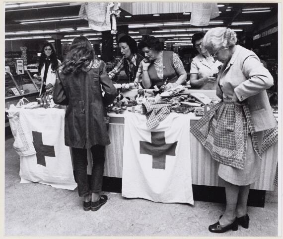 100710 - Rode Kruis. Welfarewerk.  Welfare-stand bij V. & D.