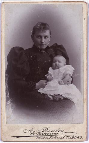 004213 - Theresia Catharina Huberdina Maria (Thérèse) ERAS, geboren te Tilburg op 19 april 1870, aldaar overleden op 18 juni 1957. Huwde op 29 mei 1895 met wollenstoffenfabrikant Lambertus Thomas Maria (Lambert) de Beer (1867-1931).