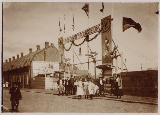 103739 - Tentoonstelling. Ingang aan de Koestraat van de  landbouw tentoonstelling gehouden 23 tot 26 september 1906. Op de achtergrond reclame voor Alex Gimbrére parapluiefabriek.