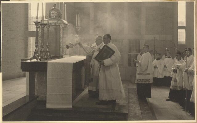 604021 - Parochie Gasthuisring;  de inwijding (of consecratie) van de kerk van O.L.Vrouw van Altijddurende  Bijstand door Mgr. Mutsaerts. Bewieroking van het altaar.
