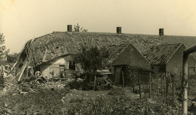 200456 - WOII; WO2; Tweede Wereldoorlog. Schade aan huizen in de St. Josephstraat (nu Prinsenhoeven) na het bombardement in de nacht van 30 op 31 juli 1942.