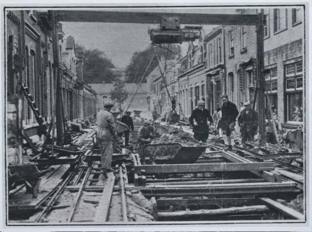 027971 - Rioleringswerkzaamheden in de Koningsstraat; gezicht op de bijgebouwen van de Rijks HAS Willem II daarachter is de Rijks HBS zichtbaar.