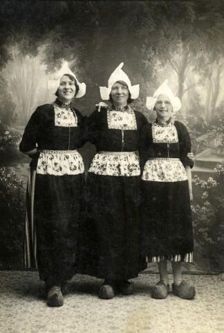 092272 - Drie dames in Volendamse klederdracht. Rechts Zus van Croonenburg, geboren te Goirle op 21 april 1921, dochter van Toon van Croonenburg en Truda Snels.