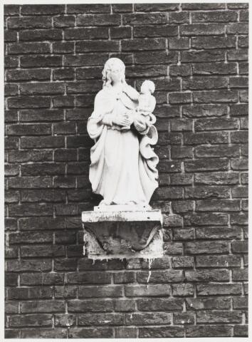 067931 - Stenen MARIABEELD uit 1942 gemaakt door Leander A.M. PETIT (1908-1987). Lokatie: Hoefstraat 250, hoek Jac van Oudenhovenstraat, tegenover de kerk.   Trefwoorden: Kerkelijke kunst, openbare ruimte..