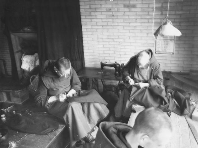 105241 - Monnikenleven De broeders Louis, Joseph en Maurus aan het werk in de kleermakerij. Kloosters