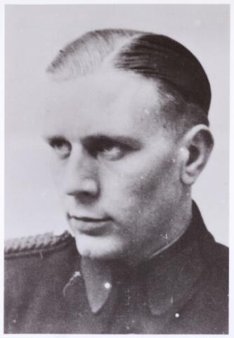 604501 - Tweede Wereldoorlog. Oorlogsslachtoffers. Albertus Johannes Vermeer; werd geboren op 28 juli 1922 in Raamsdonksveer en overleed op 27 december 1944 in het concentratiekamp Neuengamme bij Hamburg, Duitsland. De politie in Nederland werd gereorganiseerd tot de Staatspolitie en in Schalkhaar werd een politieopleiding in het leven geroepen op nationaal-socialistische basis. 'Schalkhaarders' werden gezien als foute politiemensen of zij waren tenminste verdacht. Niet iedereen accepteerde die nationaal-socialistische invloed. Maar als je dat liet merken, werd dat gezien als een tegen de bezettende macht gerichte activiteit, met alle risico's van dien. Vermeer was één van de drie stadsgenoten die weigerde na de opleiding lid te worden van de NSB en werd daarom gearresteerd.