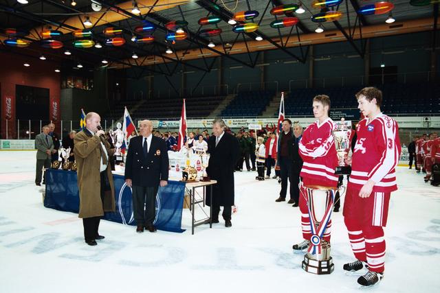 1237_010_770_017 - IJshal. Christ Verwijs toernooi ijshockey Prijsuitreiking.