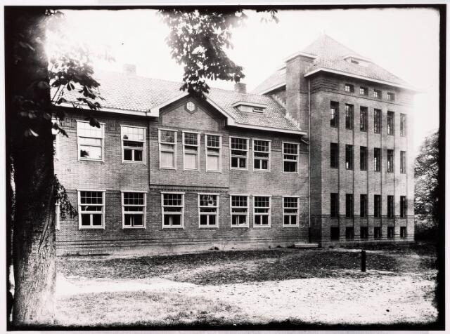 033309 - Hoger onderwijs. In 1931 werd het gebouw van de R.K. Leergangen aan de Bosscheweg 341 uitgebreid met een collegezaal en een bibliotheek. Aannemer van de nieuwbouw was de firma Gebr. Struijcken. De plechtige inzegening vond plaats op 9 oktober 1931 door mgr A.F. Diepen.