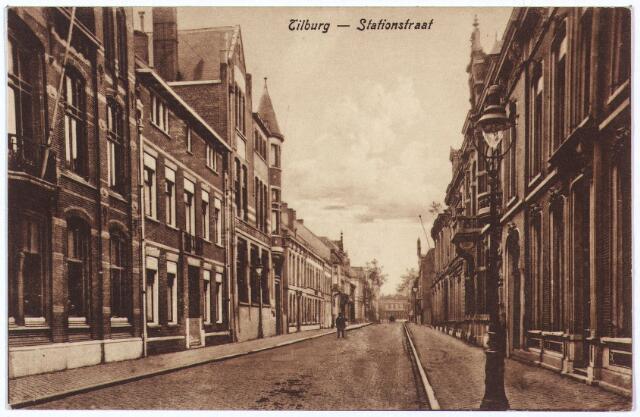 002596 - Stationsstraat richting Spoorlaan geheel links het kantoor van de Rijks Belastingen, vervolgens het pand van oogarts Napoleon Sassen en het kantoor van de 'Geldersche Credietvereeniging'.